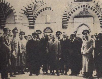 Atatürk Selimiye Camisini gezerken