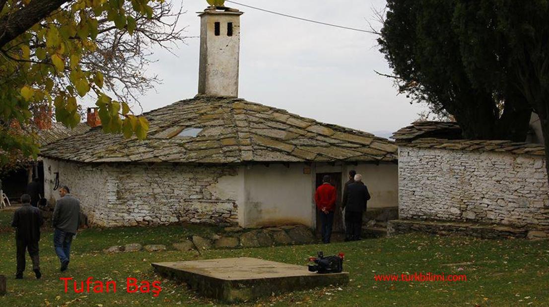 Taş bahçe duvarı ve taş ev