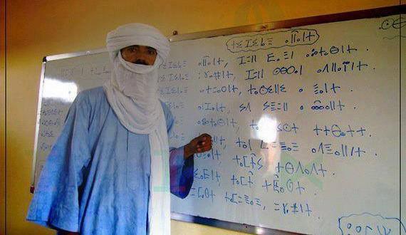 prof. Hazma Tuvareg dilini kendi alfabesi Tifinak yazıları ile öğretiyor